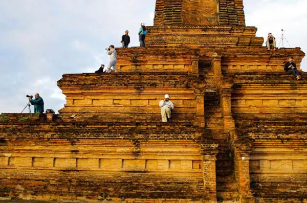 Carnets de voyage en Birmanie. Touristes sur un temple photographiant le lever du soleil à Bagan, déc. 2011.Photo Mathieu THOMASSET