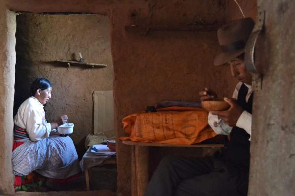 Carnets de voyage au Pérou. L'île d'Amantani. Un couple déjeunant chacun dans une pièce de leur maison traditionnelle en adobe, 2011.Photo Mathieu THOMASSET